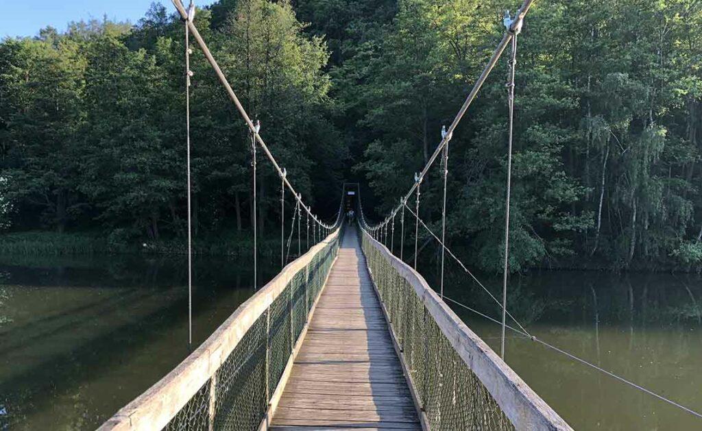 Fietsen over een hangbrug in Zuid-Moravie - Tekstenwereld
